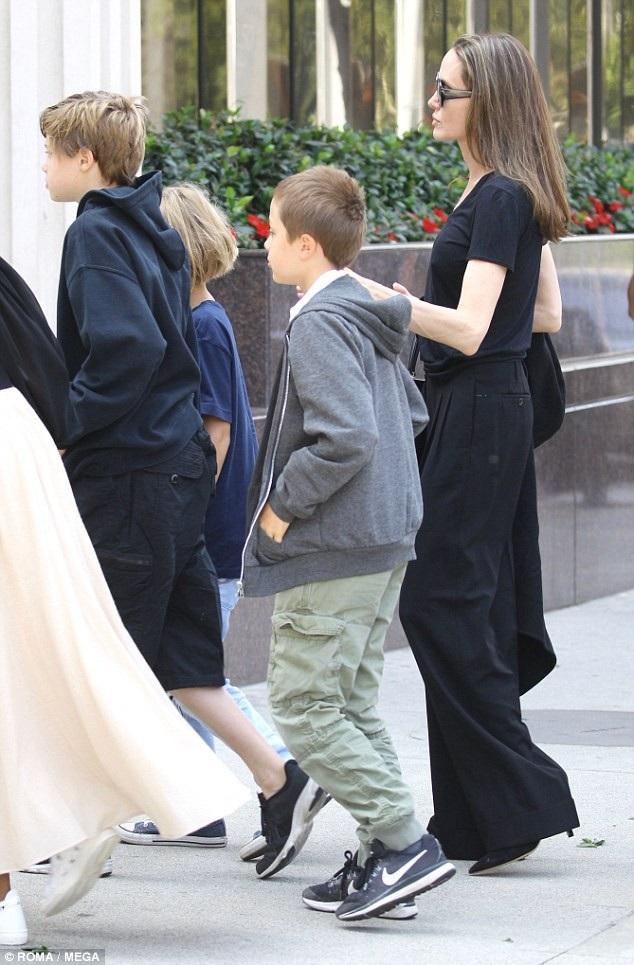 Ngoài thời gian đóng phim, Jolie luôn ở bên các con của mình