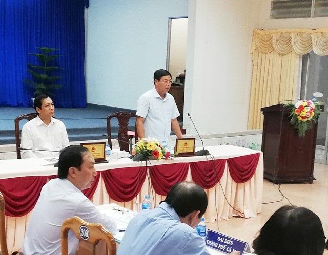 Chủ tịch tỉnh Cà Mau Nguyễn Tiến Hải (người đứng) băn khoăn khi nhiều học sinh giảm ở đầu cấp.