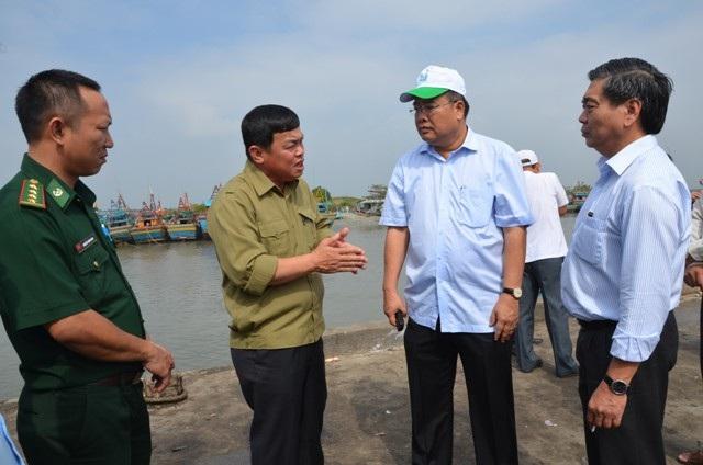 Chủ tịch UBND tỉnh BR-VT Nguyễn Văn Trình (thứ 2 từ phải sang) thường xuyên kiểm tra tàu thuyền mùa mưa bão và động viên bà con. Ảnh: P.T.