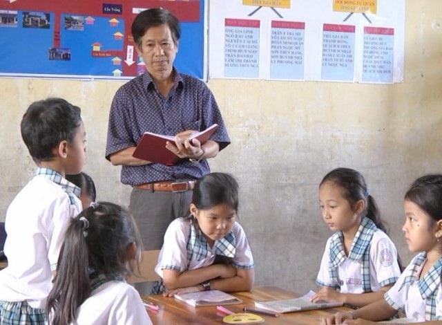 Thầy Phụ trong một lần kiểm tra kiến thức học sinh.