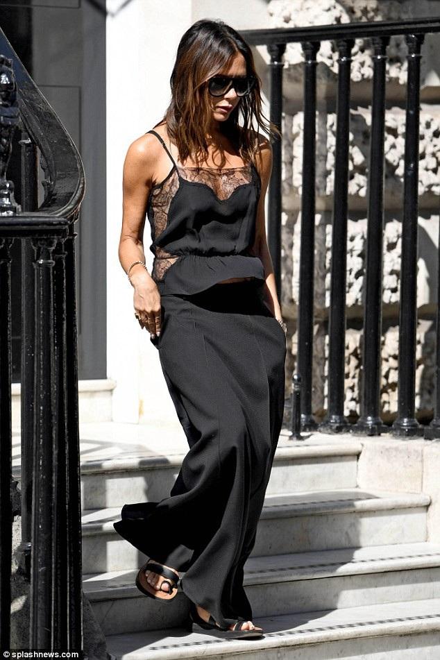 Bộ đồ đen tôn lên vóc dáng mảnh mai của nhà thiết kế 43 tuổi. Thật khó tin là cô đã là bà mẹ 4 con