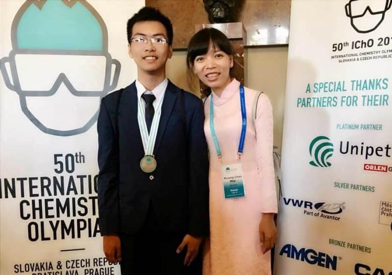 Em Nguyễn Văn Chí Nguyên và cô giáo Mai Châu Phương - người trực tiếp hướng dẫn, dìu dắt em đến với thành công tại kỳ thi