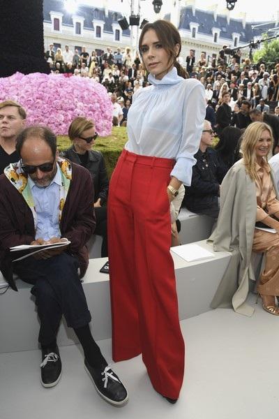Victoria Beckham ăn vận kín đáo, tinh tế khi đi xem show thời trang tại Pháp cách đây 1 tháng