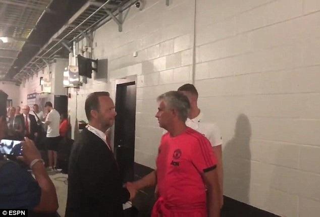 HLV Mourinho bắt tay phó chủ tịch Ed Woodward trong đường hầm