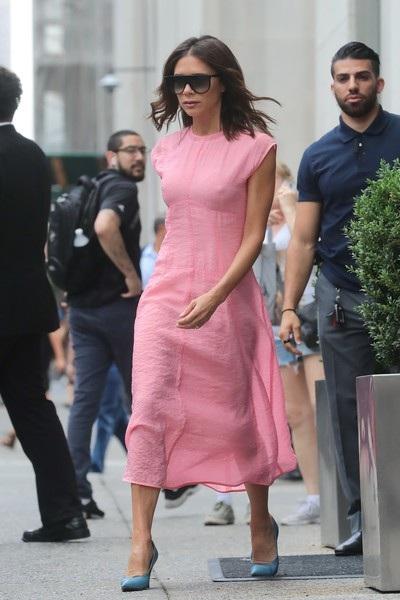 Nhà thiết kế người Anh kết hợp váy hồng và giày xanh ấn tượng