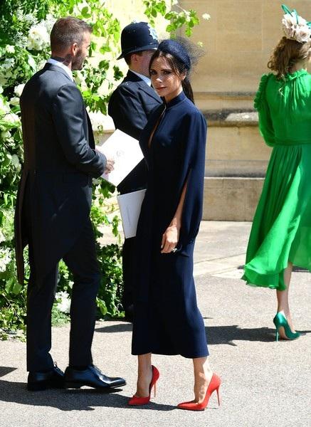 Victoria Beckham vốn chỉ mặc các mẫu thời trang do chính mình thiết kế nhưng một cách lăng xê hiệu quả