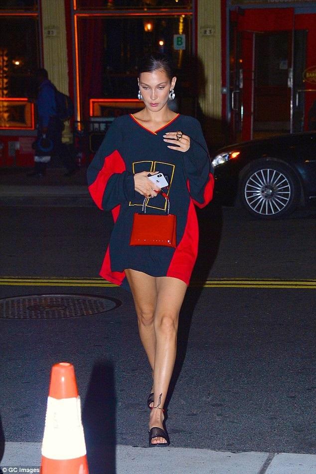 Siêu mẫu trẻ Bella Hadid khoe dáng nuột, chân thon trên đường phố New York ngày 1/8 vừa qua