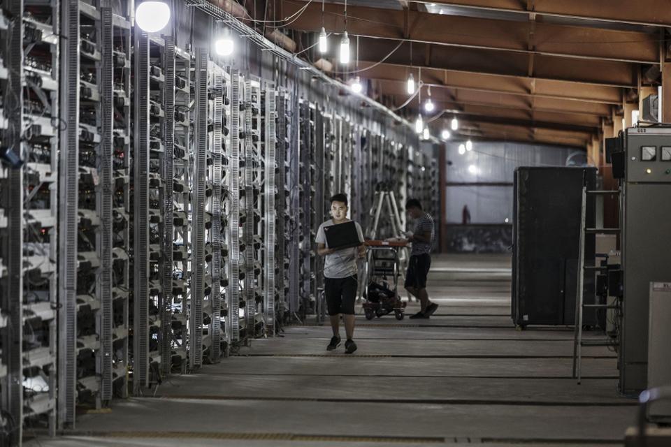 Bên trong một cơ sở khai thác tiền ảo với hàng trăm máy đào