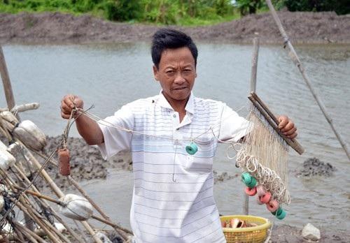 Ông Nguyễn Văn Dững cho biết, mỗi giàn câu thế này có chiều dài khoảng 30m. Ảnh: C.L