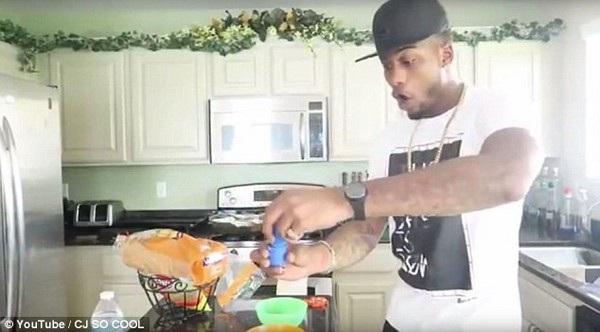 Brady trộn thuốc nhuận tràng vào món kem chuẩn bị cho các con ăn
