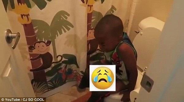 Brady thích thú quay video các con khóc và đau đớn ngồi trong nhà vệ sinh sau khi bị lừa ăn kem có thuốc nhuận tràng