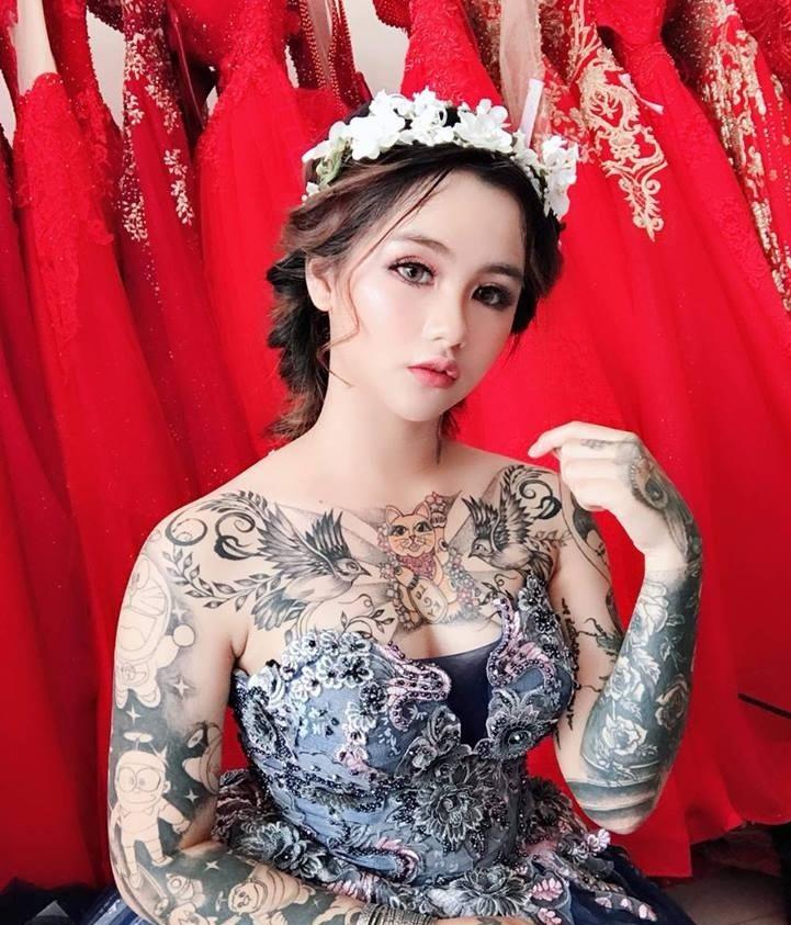 Cô gái xinh đẹp xăm kín người khoe ảnh váy cưới gây sốt mạng - 1