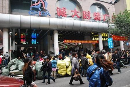 Chợ đầu mối tại Trung Quốc (Ảnh VietQ)