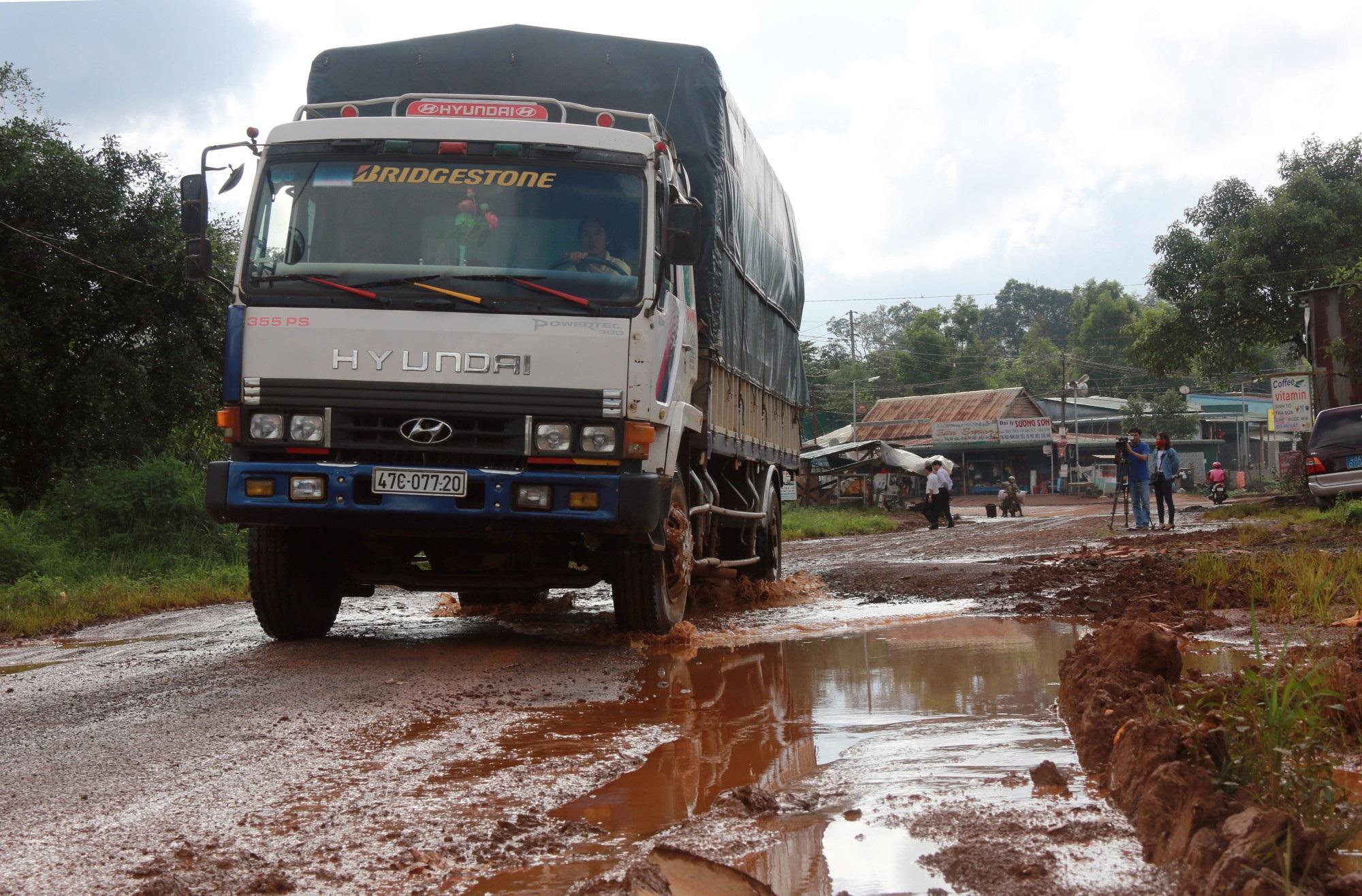 Con đường xuống cấp khiến giao thông đi lại khó khăn