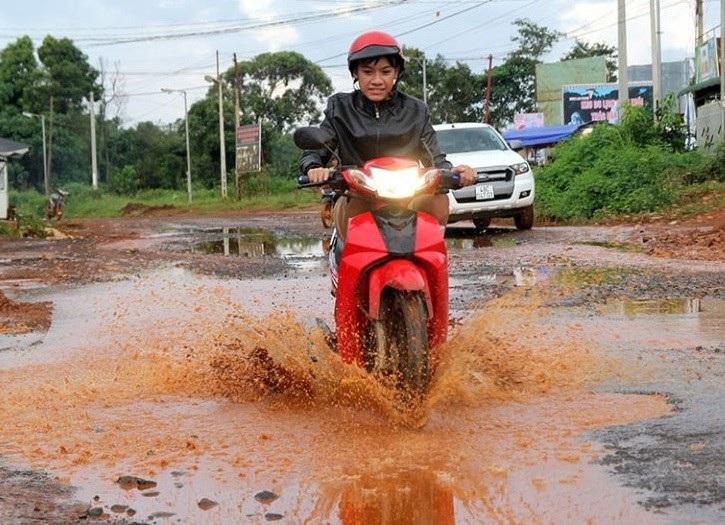 Nhiều vụ tai nạn xảy ra do người dân đi phải ao nước giữa đường