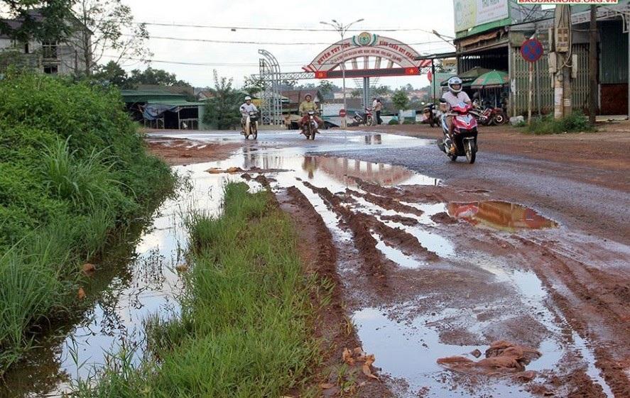Tỉnh lộ 1 nối liền hai huyện của tỉnh Đắk Nông, là cầu nối với Campuchia trong tình cảnh nhếch nhác, xuống cấp