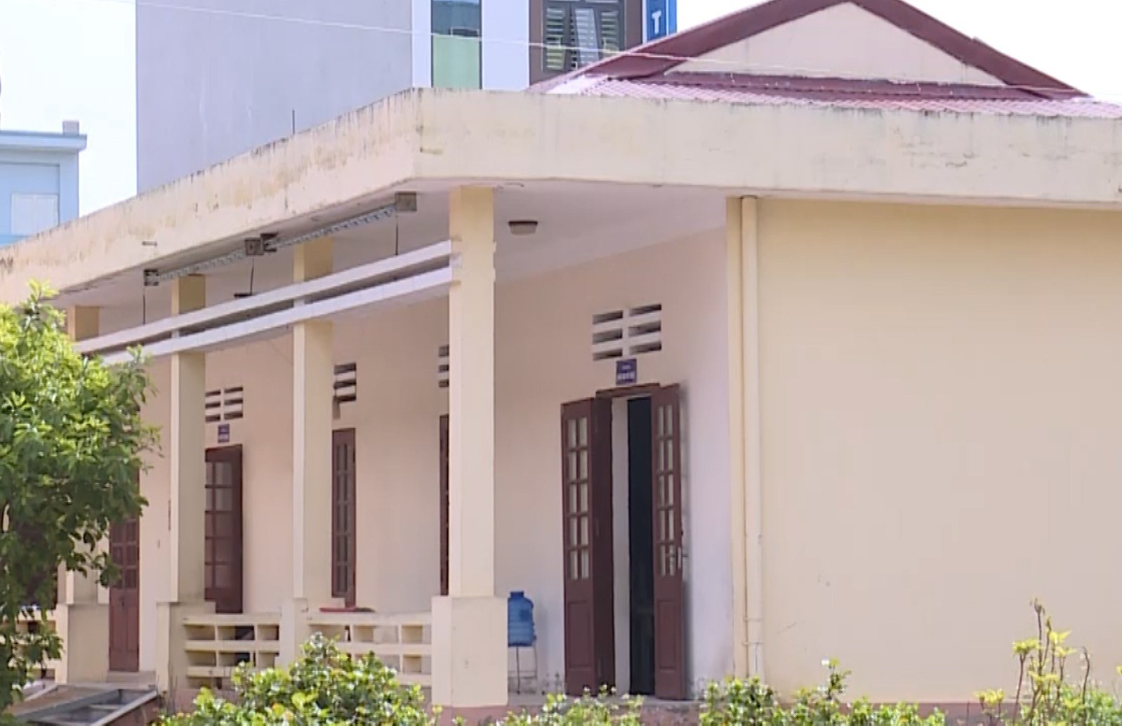 Nhiều phòng chức năng của trường và phòng họp đa năng phải dùng để ngăn ra cho học sinh học.