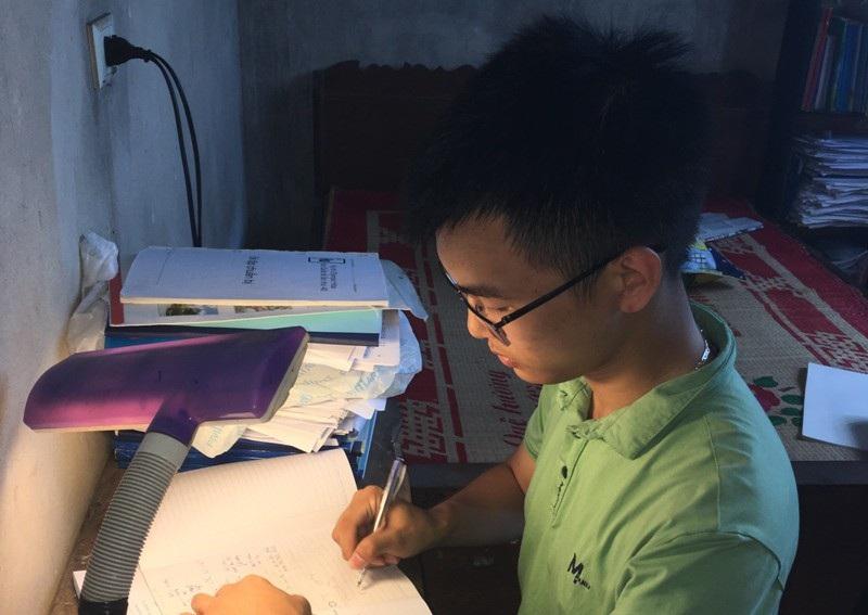 Nguyễn Văn Chí Nguyên, học sinh lớp 11, Trường THPT chuyên Lam Sơn (Thanh Hóa) vừa giành huy chương Bạc Olympic Hóa học quốc tế.