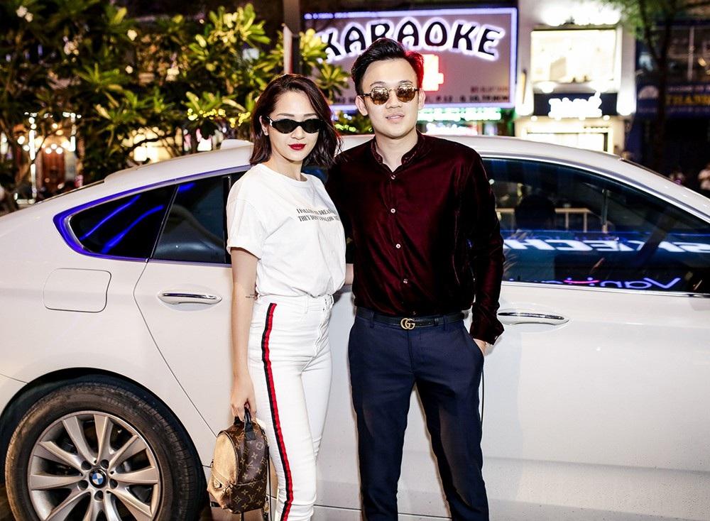 Bảo Anh và Dương Triệu Vũ thân thiết sánh đôi bên nhau với trang phục trẻ trung, sành điệu