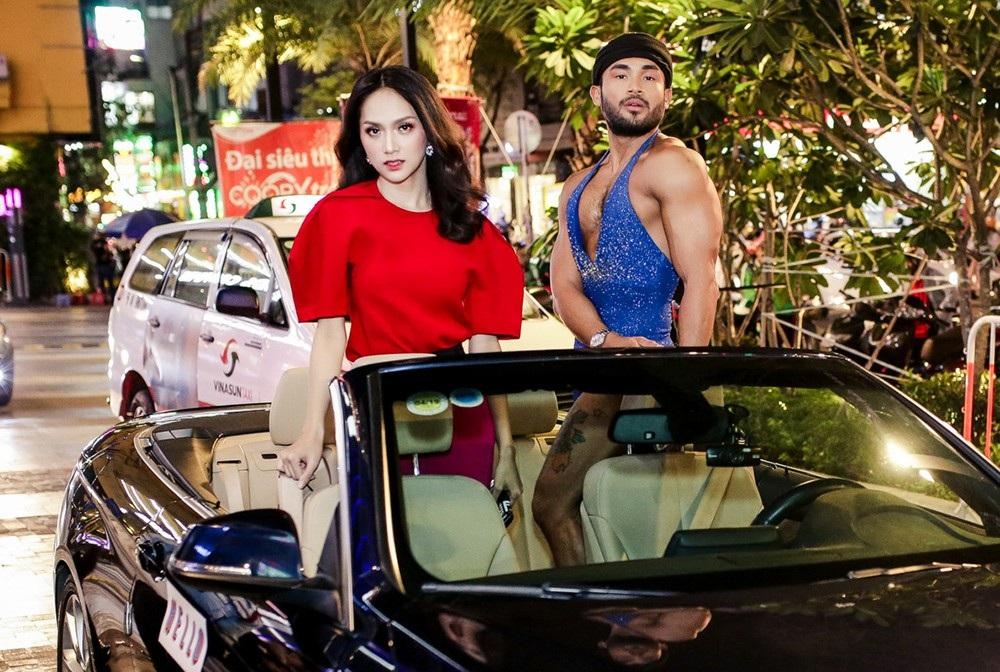 """""""Thánh catwalk"""" Sinon Loresca nổi tiếng trong cộng đồng GLBT người Philippine đến cùng hoa hậu chuyển giới Hương Giang trong chiếc xe hạng sang"""