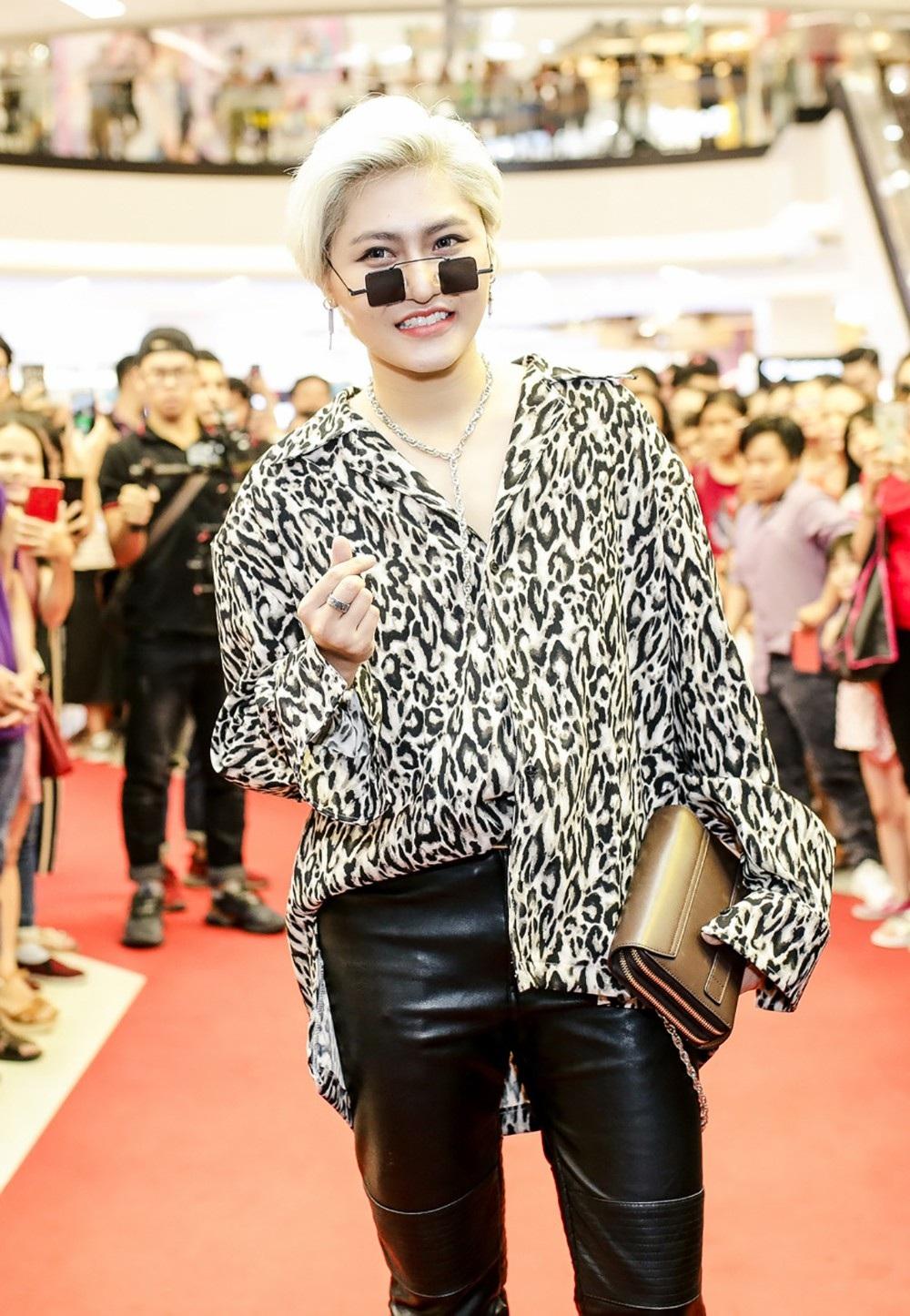 Học trò Đàm Vĩnh Hưng - Vicky Nhung với trang phục phi giới tính khá ấn tượng