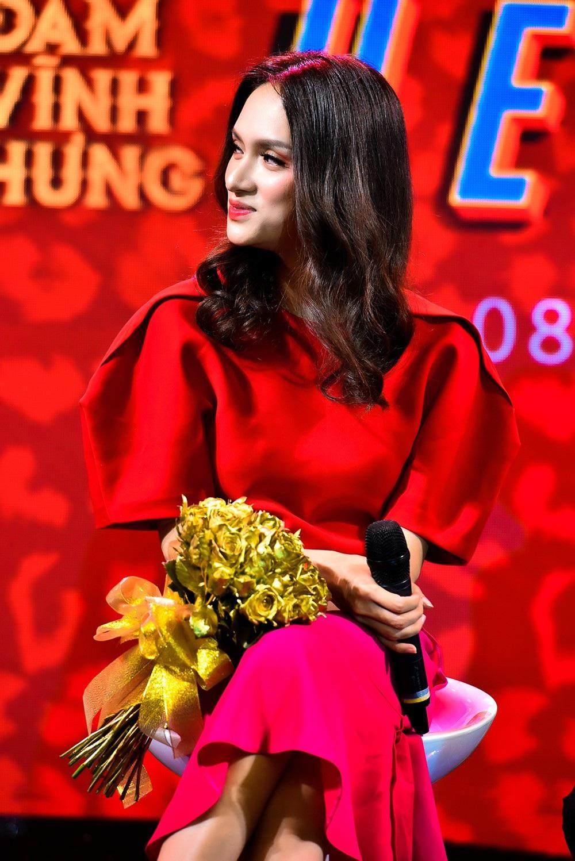 Hoa hậu Hương Giang cũng là khách mời trong sản phẩm âm nhạc này, đặc biệt cô còn có nụ hôn nồng cháy cùng Đàm Vĩnh Hưng, nữ ca sĩ cho biết rất quý đàn anh nên nhận lời tham gia không cát-xê.