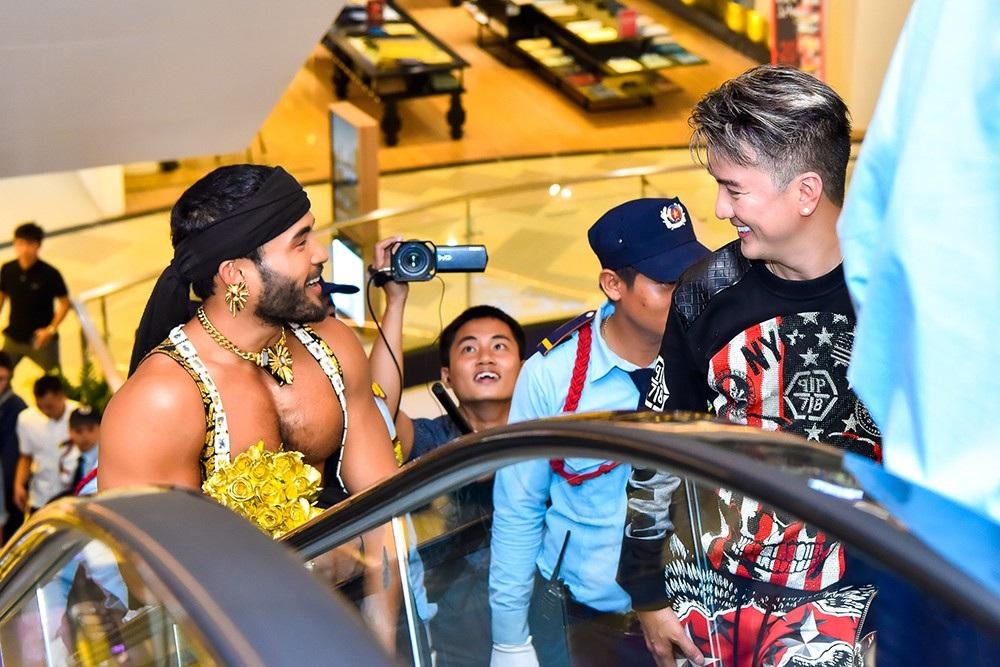 Xuất hiện trong MV của Đàm Vĩnh Hưng, người mẫu được nam ca sĩ ra tận xe đón