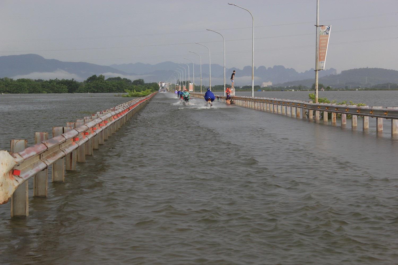 Dân vùng lụt Hà Nội bơi giữa sân, tắm dọc đường làng - 10