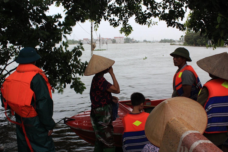 Để có thể vào trong xóm Bến Vôi, người dân phải di chuyển bằng cano và thuyền của lực lượng chức năng giúp đỡ (Ảnh: Trần Thanh)