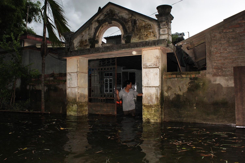 Do ảnh hưởng của những cơn mưa lớn kéo dài và nước từ thượng nguồn đổ về, mực nước sông Tích tiếp tục tăng nhanh đã gây ngập úng, làm ảnh hưởng nặng nề đến sinh hoạt và cuộc sống của nhân dân trong xóm Bến Vôi (Ảnh: Trần Thanh)