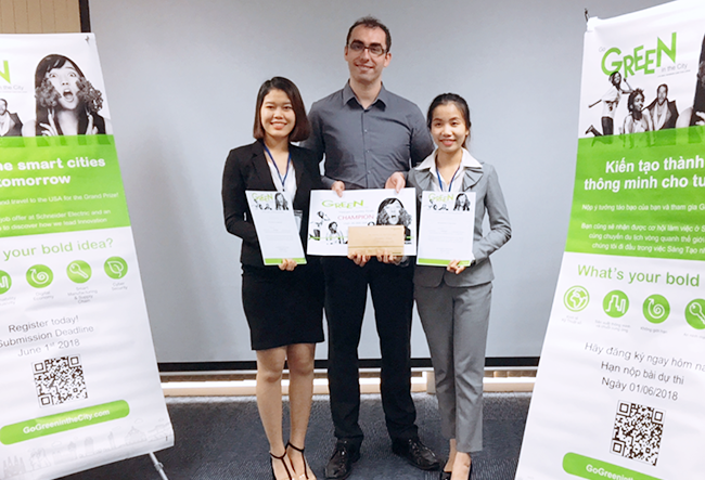 Nguyễn Thị Thanh (ngoài cùng bên trái) - Sinh viên ngành Quản trị Kinh doanh chương trình ADP liên tiếp Vô địch Cuộc thi Go Green in the City Việt Nam 2017, 2018