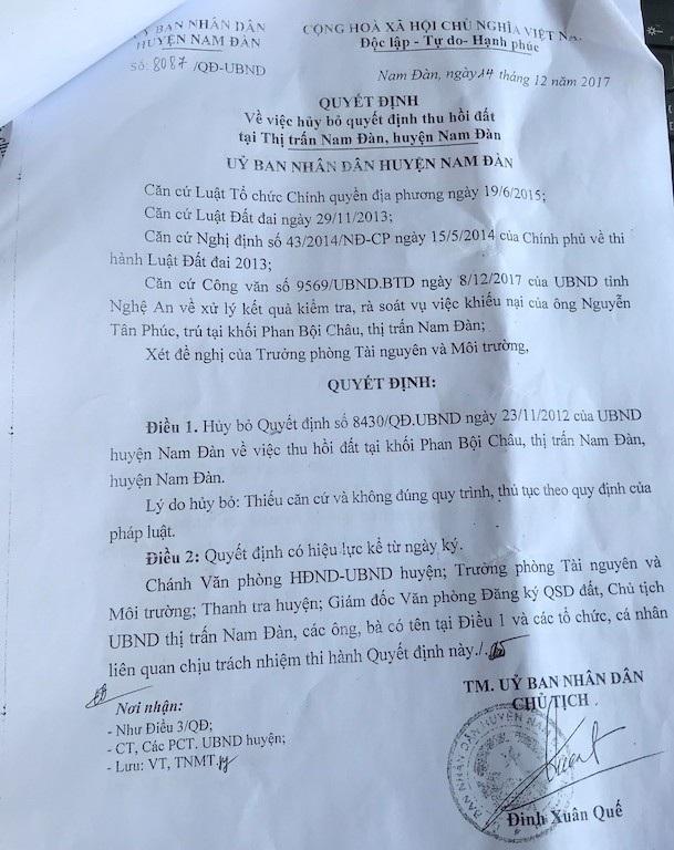 UBND huyện Nam Đàn ban hành Quyết định hủy bỏ quyết định thu hồi đất của gia đình ông Nguyễn Tân Phúc nhưng không gửi cho gia đình ông được biết. Chỉ đến khi ra tòa, cá nhân ông mới được xem những Quyết định quan trọng này.