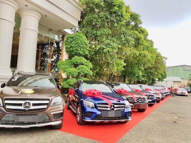 Nhiều xe xịn để trao thưởng xếp hàng dài ở bên ngoài nơi tổ chức hội nghị.