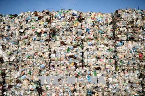 Rác thải nhựa tại nhà máy xử lý rác thải ở Berlin, Đức. Ảnh: EPA-EFE/TTXVN.