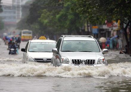"""Tài xế đã bớt """"dại"""", ngày càng ít xe bị thủy kích trong đợt mưa ngập tại Hà Nội - 1"""