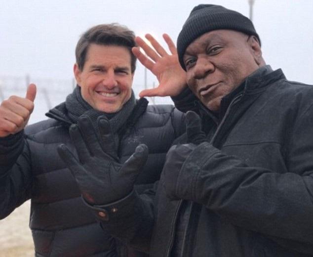 Tài tử Tom Cruise (trái) và bạn diễn Ving Rhames (phải) trên phim trường