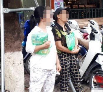 Cò SGK đầu cấp trước cửa nhà sách 45 Lý Thường Kiệt, Hà Nội (Ảnh: Đ.T).