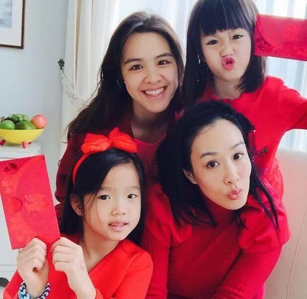 Chung Lệ Đề đã có 3 cô con gái riêng, con gái lớn nhất của cô đã 20 tuổi.