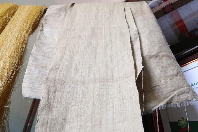 Để làm ra chiếc khăn dài 1,7m phải cần tới 4.800 cuống sen