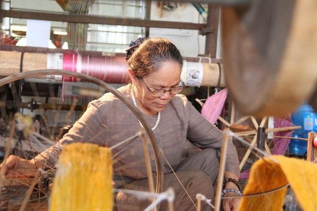 Nghệ nhân Phan Thị Thuận đã có gần 60 năm gắn bó với nghề dệt lụa truyền thống