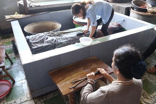 Vải tơ sen tuy có đẹp và nhiều ưu điểm song các công đoạn sản xuất thì rất cầu kỳ và hoàn toàn phải làm thủ công