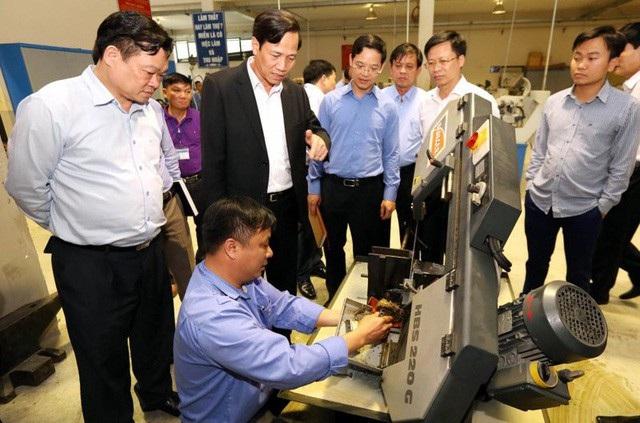 Bộ trưởng Bộ LĐ-TB&XH Đào Ngọc Dung tìm hiểu công tác đào tạo nghề tại Trường Cao đẳng nghề dân tộc nội trú tỉnh Bắc Kạn.