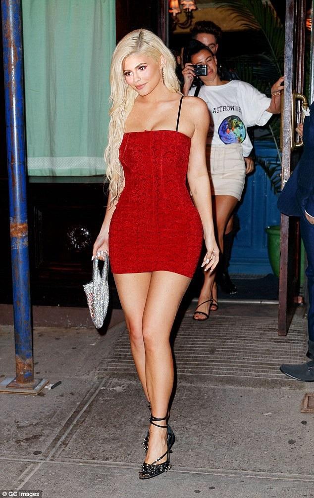 Kylie Jenner quyến rũ đi ăn tối tại Los Angeles ngày 19/8 vừa qua