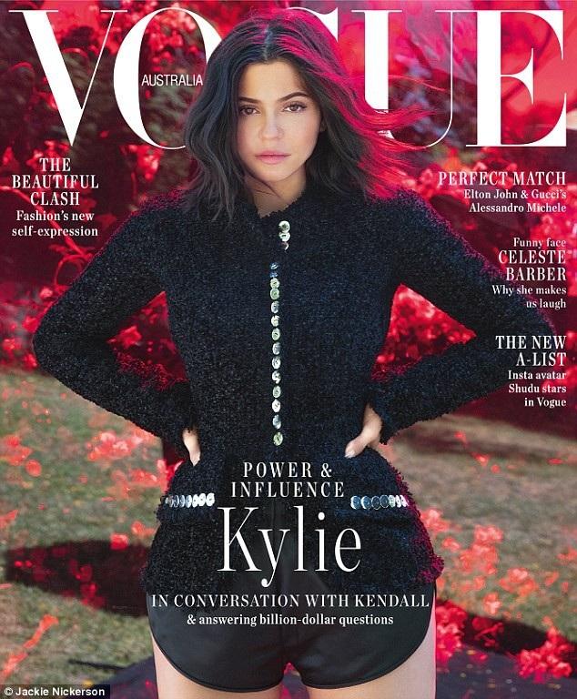 Kylie Jenner vừa vinh dự xuất hiện trên bìa tạp chí Vogue và cô rất tự hào khi lần đầu được lên bìa tạp chí Vogue.