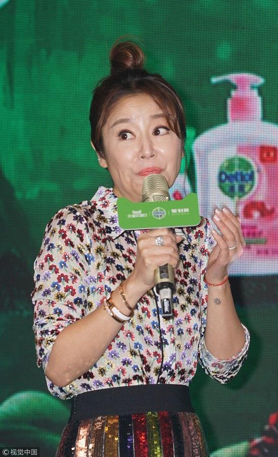 Người đẹp lộ nếp nhăn khi biểu cảm trên sân khấu. Tuy nhiên, khán giả cho rằng, việc có nếp nhăn ở tuổi 42 là hoàn toàn bình thường và cô vẫn rất trẻ so với tuổi.