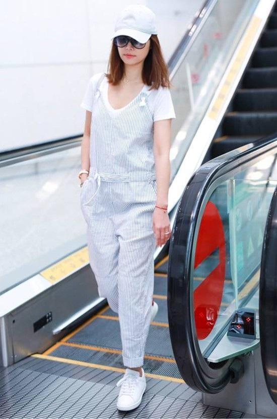 Nữ diễn viên 42 tuổi thu hút mọi ánh nhìn tại sân bay.