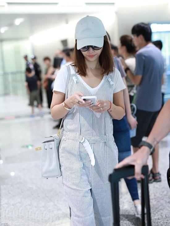Trước khi tham dự sự kiện, Lâm Tâm Như xuất hiện tại sân bay với phong cách trẻ trung, hiện đại.
