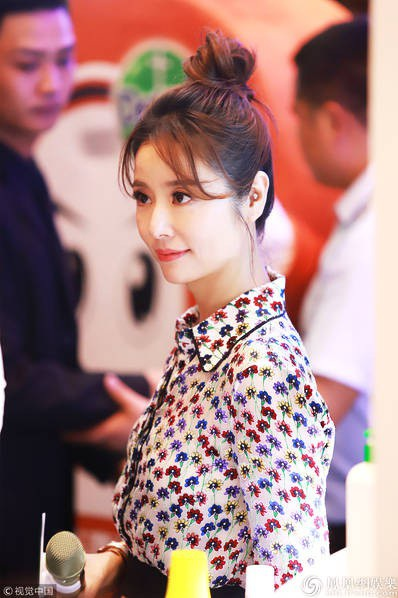 Lâm Tâm Như làm khách mời tại một sự kiện ở Thượng Hải, Trung Quốc, ngày 19/8. Cô diện trang phục trẻ trung và búi tóc cao rất cá tính.