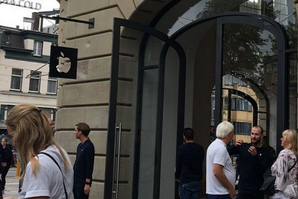 Các khách hàng sơ tán khỏi Apple Store đang bàn tán về sự việc