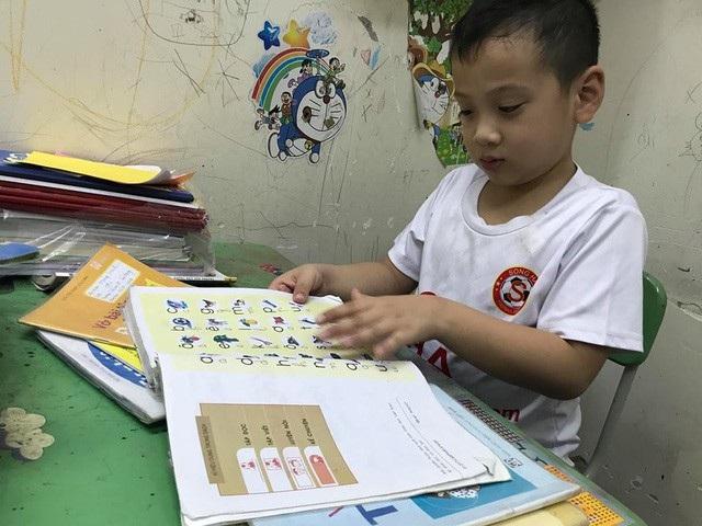 Theo NXB Giáo dục, nguyên nhân khan SGK là do học sinh tăng đột biến. (Ảnh: Hoài Nam).